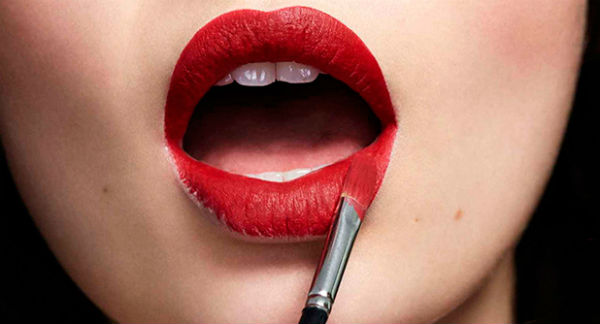 Накрасить яркой помадой губы